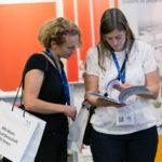 Besucher lesen in Broschüre