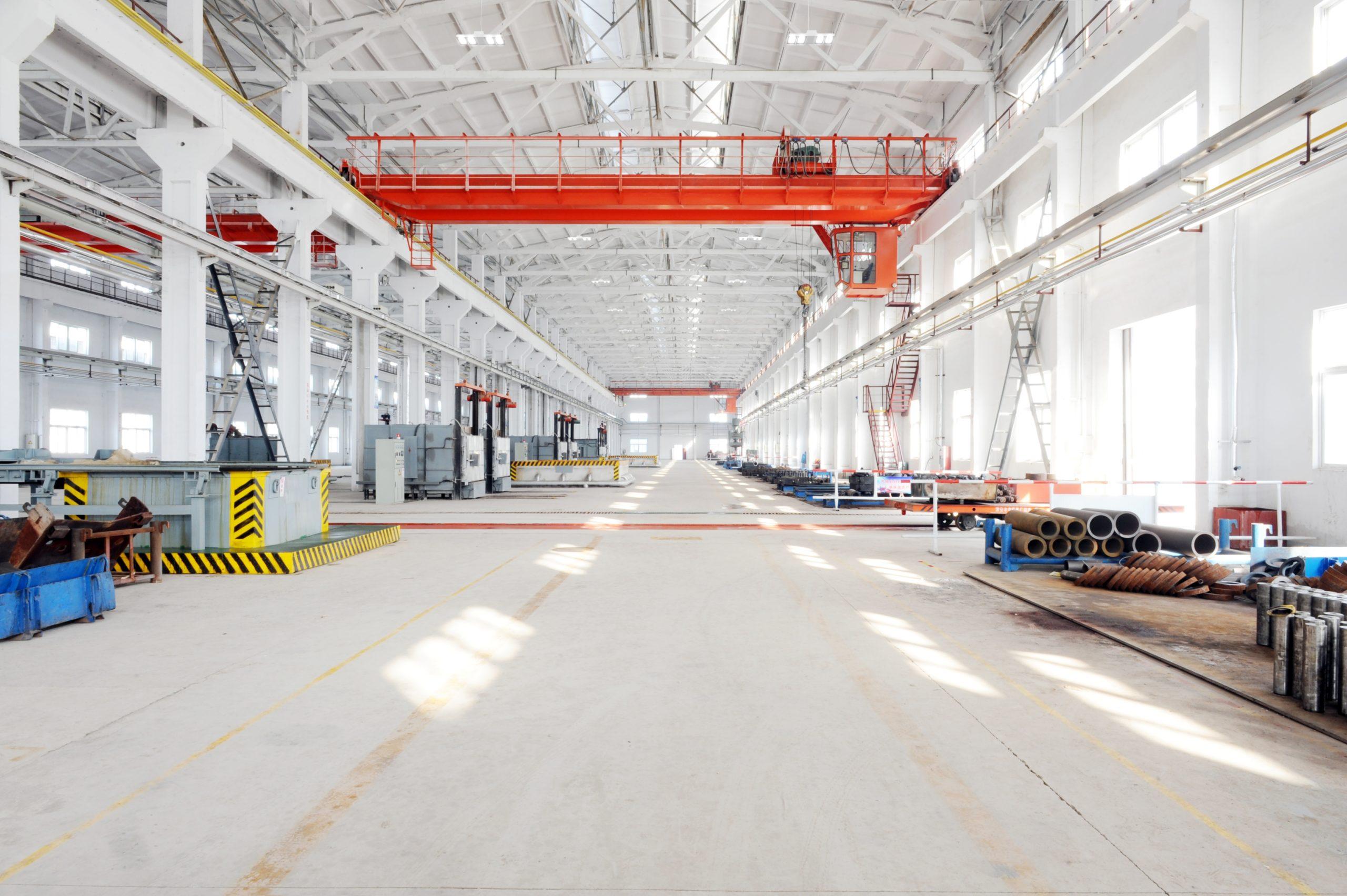 Fabrikhalle mit Deckenbeleuchtung