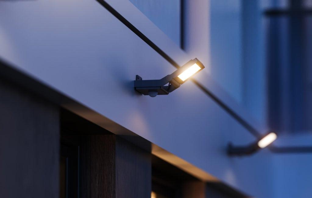 Leuchten an Hausmauer außen angebracht; Leuchten in der Nacht