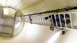 Lukas Hammer auf der Leiter in der Windmühle